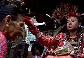 Как живут боги: фоторепортаж из жизни «живой непальской богини» Кумари