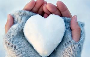 lyubov-zima-ruki-serdce-sneg