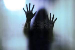 48187990-Женщина-за-матовым-стеклом.-Размытые-руки-и-рисунок-тела